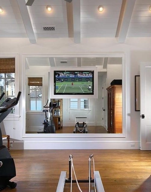 fitnessraum einrichten in weiß mit tv-wandpaneel uns spiegel in einem