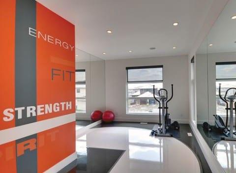 kreative wandgestaltung und farbgestaltung mit wandfarbe orange für fitnessraum zu hause