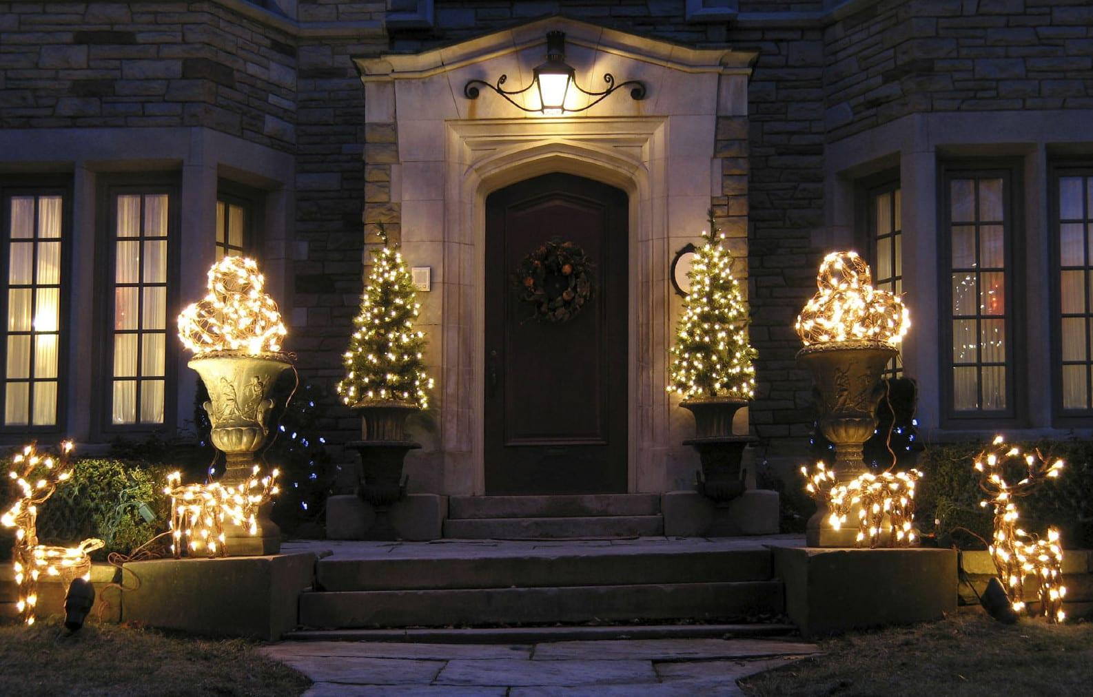 haustüren für moderne eingangsbereiche und eingänge aus naturstein und coole dekoideen zur weihnachtszeit für fröhliche weihnachten überall