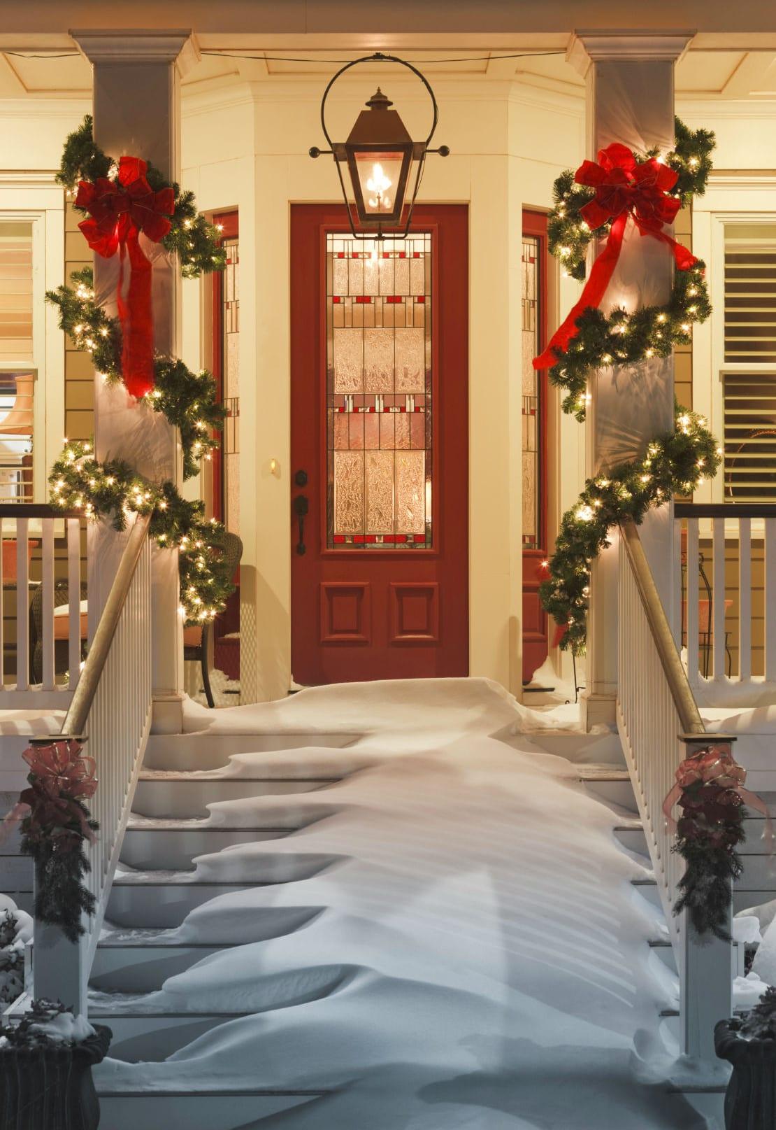 moderne haustüren braun aus holz mit fenster_coole dekoideen zur weihnachtszeit