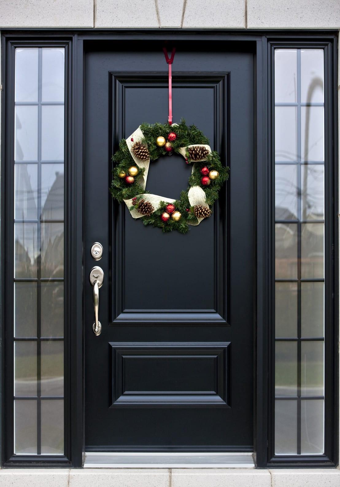 schöne und moderne haustüren in schwarz mit seitlicher verglasung_coole türdeko zur weihnachtszeit mit türkranz