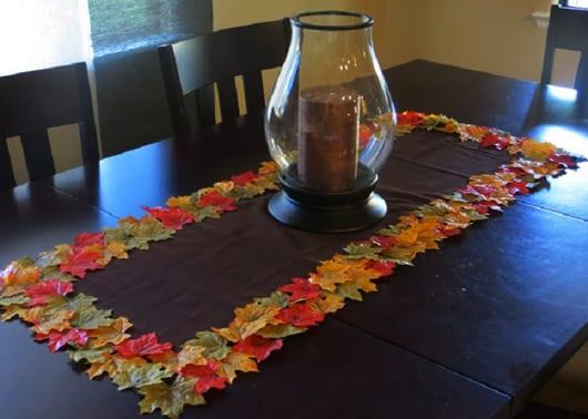 Tischdeko mit Tischläufer und Kerzenhalter als coole Herbstdeko
