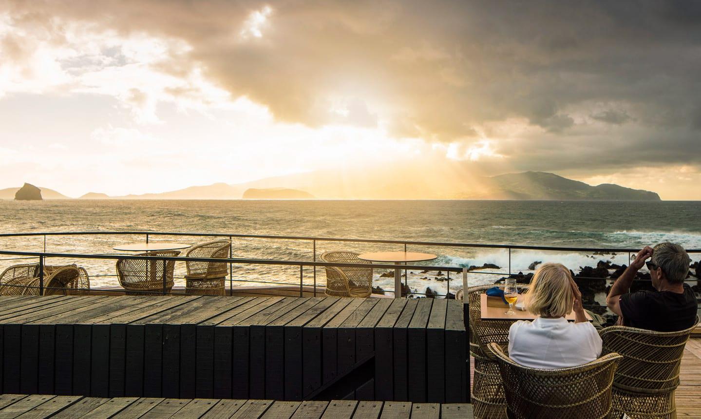 coole terrassengestaltung mit terrassenmöbel und fantastische dachterrasse aus holz mit blick aufs meer