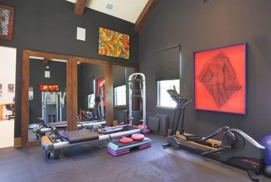 coole ideen für eigenes fitnessstudio zu hause mit wandfarbe schwarz und drei spiegeln mit holzrahmen