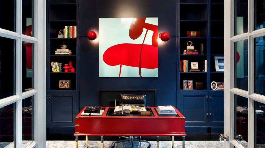home office mit wandfarbe blau und moderne wandgestaltung mit roten wandlampen und büroschreibtisch rot