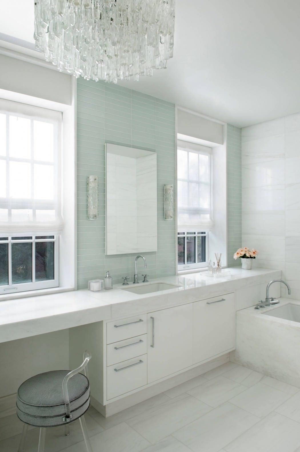 badezimmer ideen mit grünen wandfliesen und kronenleuchte_badezimmer weiß einrichten mit waschtischschrank weiß und badewanne