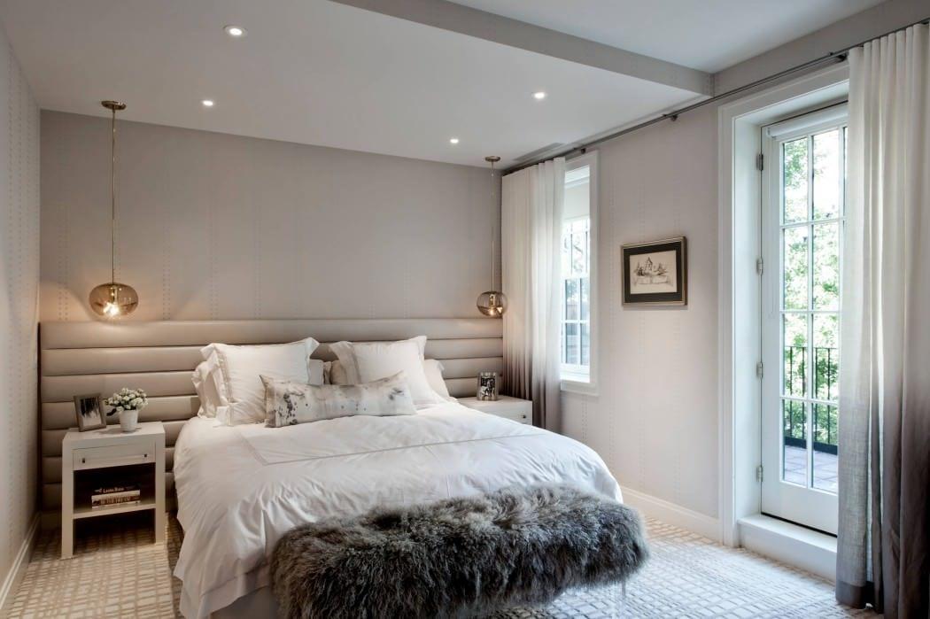 modernes schlafzimmer mit wandfarbe grau und moderne pendellampen über den weißen nachttischen
