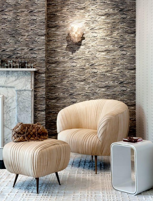 zimmer einrichten modern mit kamin aus marmor weiß und designer sessel beige mit beistelltisch weiß und wandlampe modern