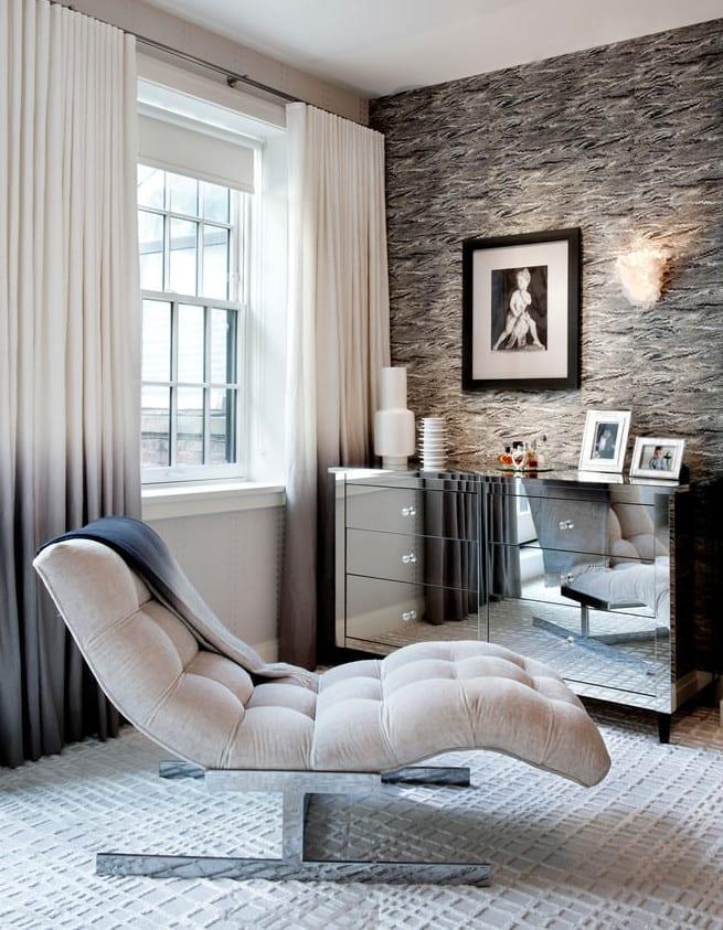 zimmer einrichten in grau mit sideboard silber und polsterliege und fensterdeko mit gardinen in weiß-grau