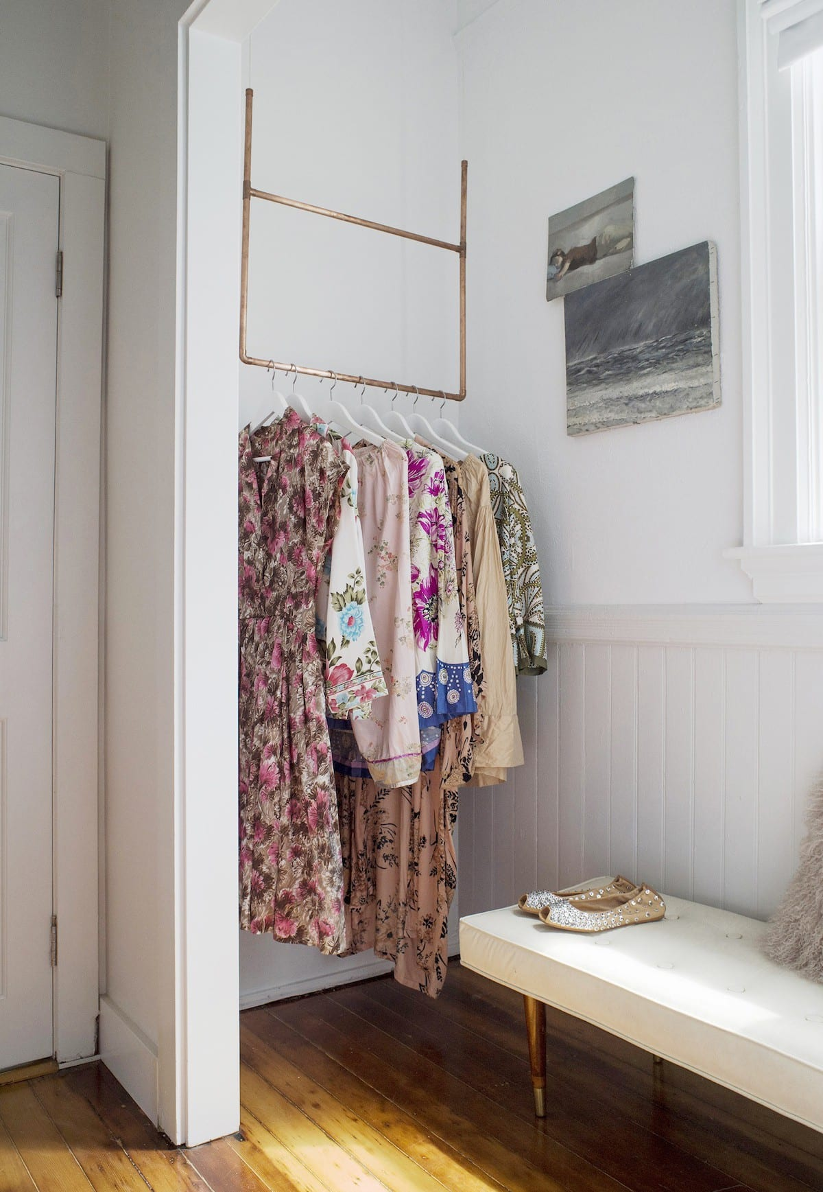 kluge einrichtungsideen für kleinen Eingangsbereich mit Parkett und DIY Kleiderstange aus Kupferrohren
