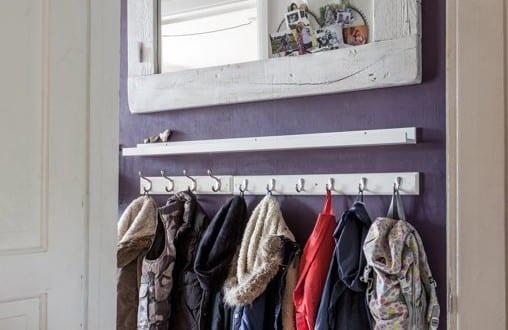 kleiner eingangsbereich gestalten mit wandfarbe lila und. Black Bedroom Furniture Sets. Home Design Ideas