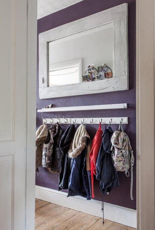 farbgestaltung flur mit lila wandfarbe und weiße Kleiderhacken-leiste für kinder