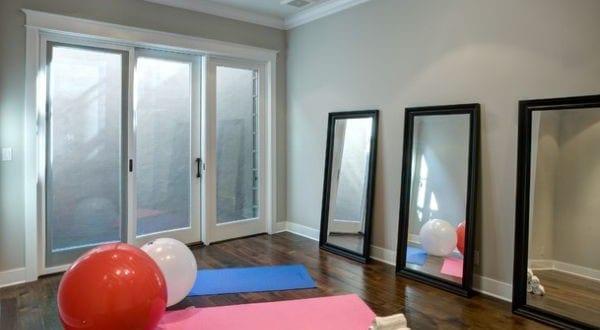 kleines fitnessstudio zu hause einrichten mit einzelnen spiegeln allwood construction freshouse. Black Bedroom Furniture Sets. Home Design Ideas