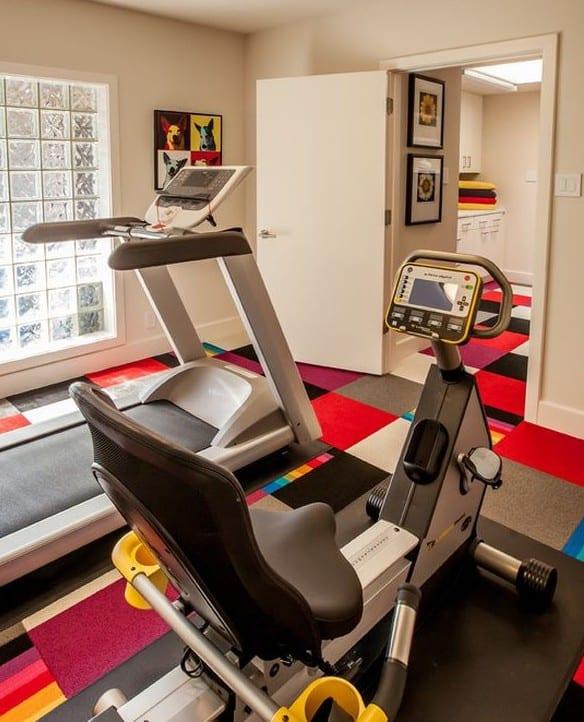 farbgestaltung für kleines fitnessstudio zu hause mit buntem Teppich