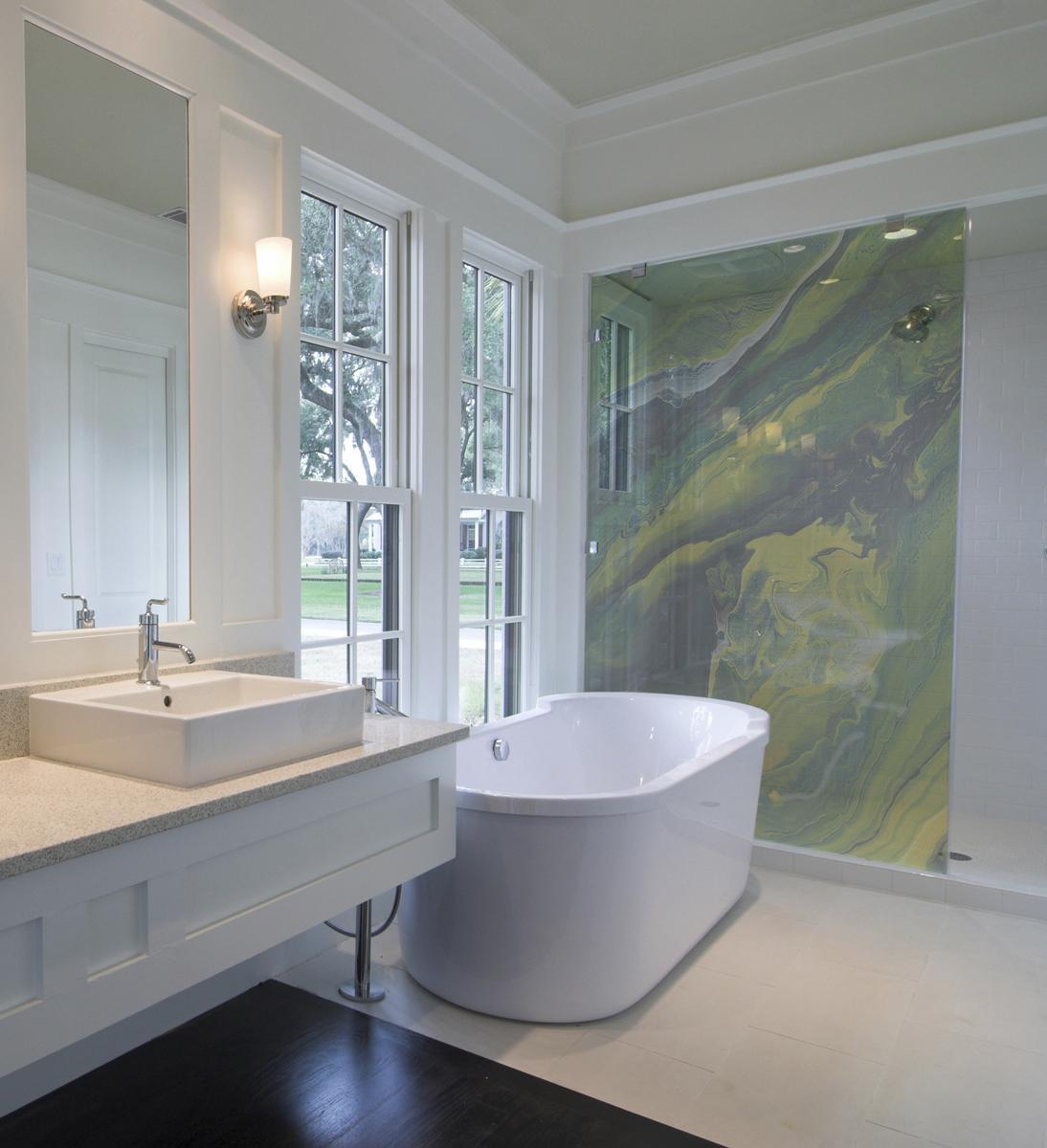 kreative wandgestaltung und einrichtungsideen für moderne badezimmer mit fenstern