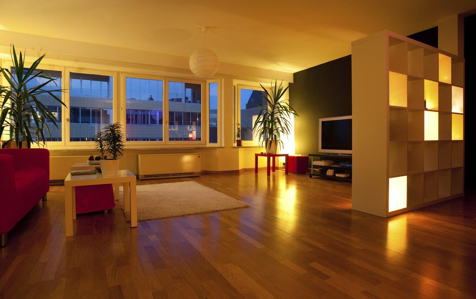 IKEA-Regal mit indirekte beleuchtung als licht idee und dekoidee wohnzimmer_wohnzimmer gestalten mit Akzentwand schwarz und rotem Sofa mit IKEA-Couchtischen in weiß und rot für frische farbgestaltung wohnzimmer