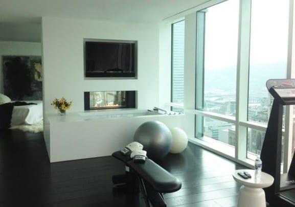 modernes schlafzimmer mit badezimmer einrichten mit eingebautem fernseher und als fitnesraum gestalten