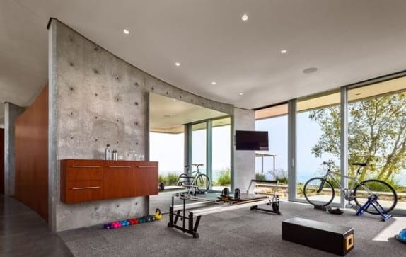 fitnessraum einrichten mit wandschrank holz und großem spiegel