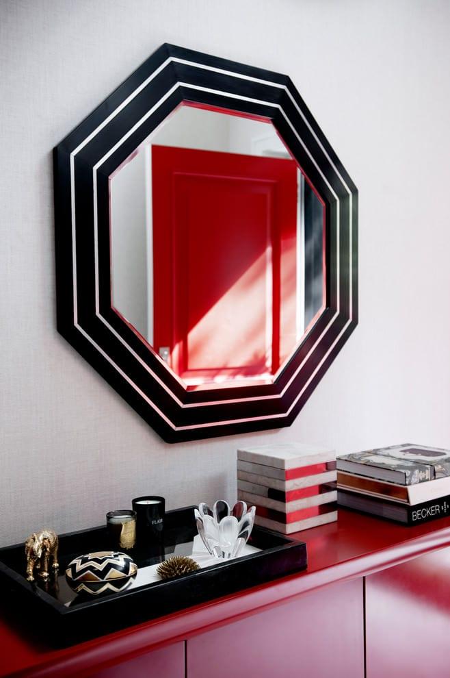 farbgestaltung flur in rot und schwarz mit sideboard rot und wandspiegel mit rahmen in schwarz