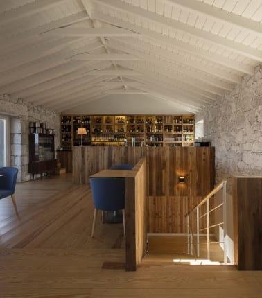 modernes interieur aus holz und stein_holzbar und wandregalen aus holz