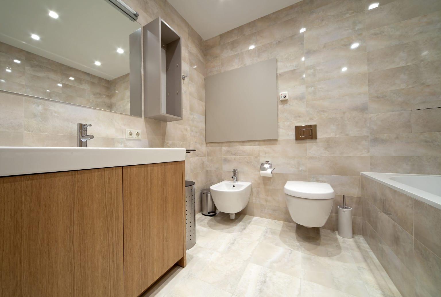 badezimmer ideen mit waschtischschrank holz unter wandspiegel mit beleuchtung und badezimmerfliesen beige