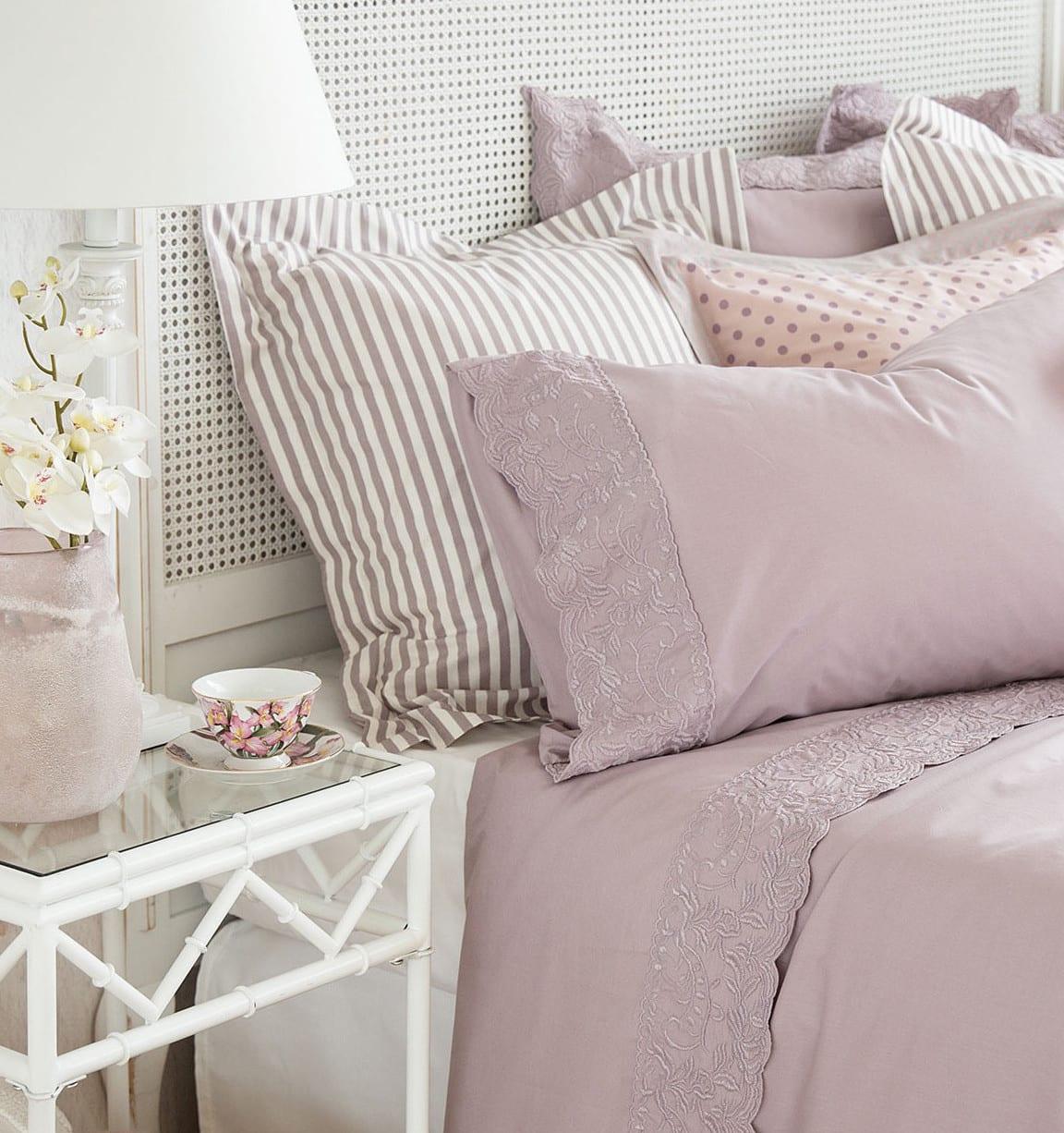 farben schlafzimmer_zara home bettwäsche aus perkal mit stickerei in lila und nachttisch weiß aus holz