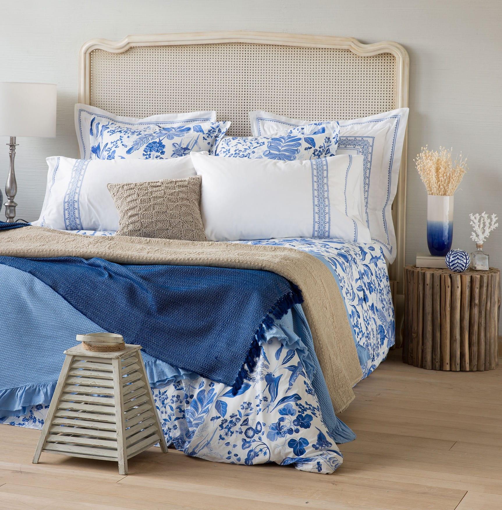 schlafzimmer einrichten mit zara home bettwäsche weiß mit blauen blumen und zara home kissen_dekotipps mit beistelltisch rund aus holz