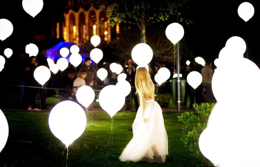 ideen für hochzeit planung_traumhochzeit als abendhochzeit im garten vorbereiten und mit leuchtenden luftbalons dekorieren