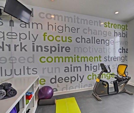 eigenes fitnessstudio zu hause gestalten mit wandttattoo sprüchen in grau und grün