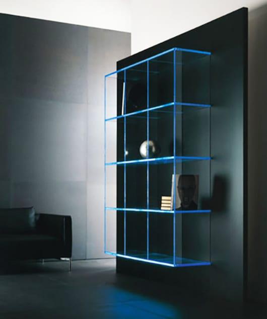 glas regale mit LED beleuchtung in blau als coole einrichtungsidee und modernes wohnzimmer design_wandgestaltung mit schwarzer wandfarbe und led regal blau