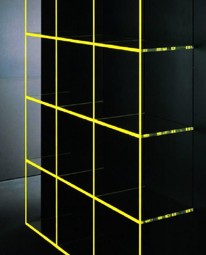 coole regale glas mit led-beleuchtung gelb als coole wohnzimmer ideen für kreative wandgestaltung schwarzer akzentwand mit led regal