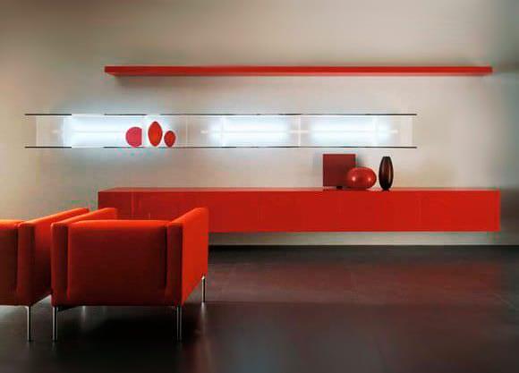 wohnzimmer design mit modernen wandregalen und wohnzimmer farbgestaltung in rot mit rotem sideboard und armsessel rot