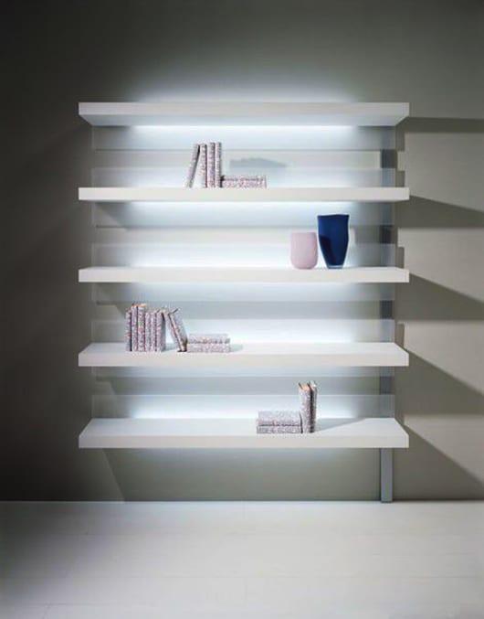 wohnzimmer ideen für modernes wohnzimmer design und kreative wandgestaltung mit beleuchteten regalen weiß