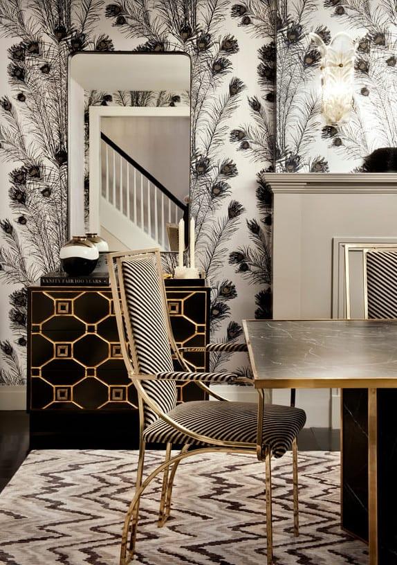 esszimmer modern einrichten mit esstisch schwarz und kreative wandgestaltung mit Feder-Muster-tapete