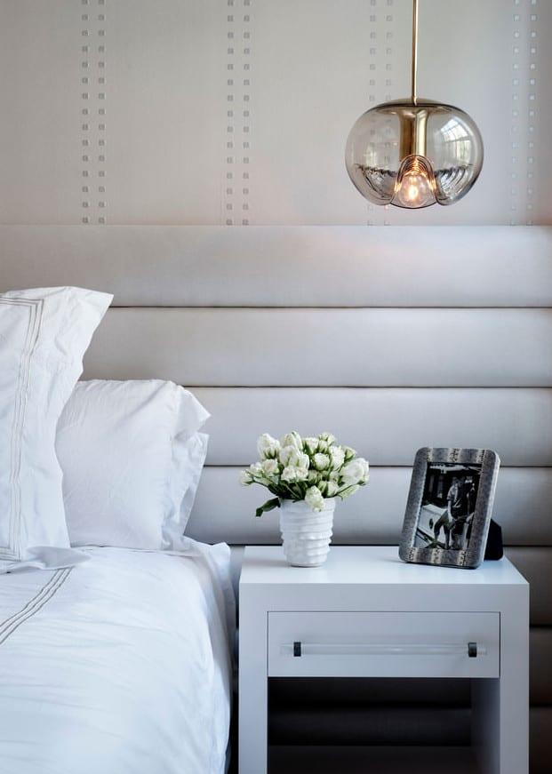 wohnidee schlafzimmer mit kopfteil aus runden polstern als moderne wandgestaltung