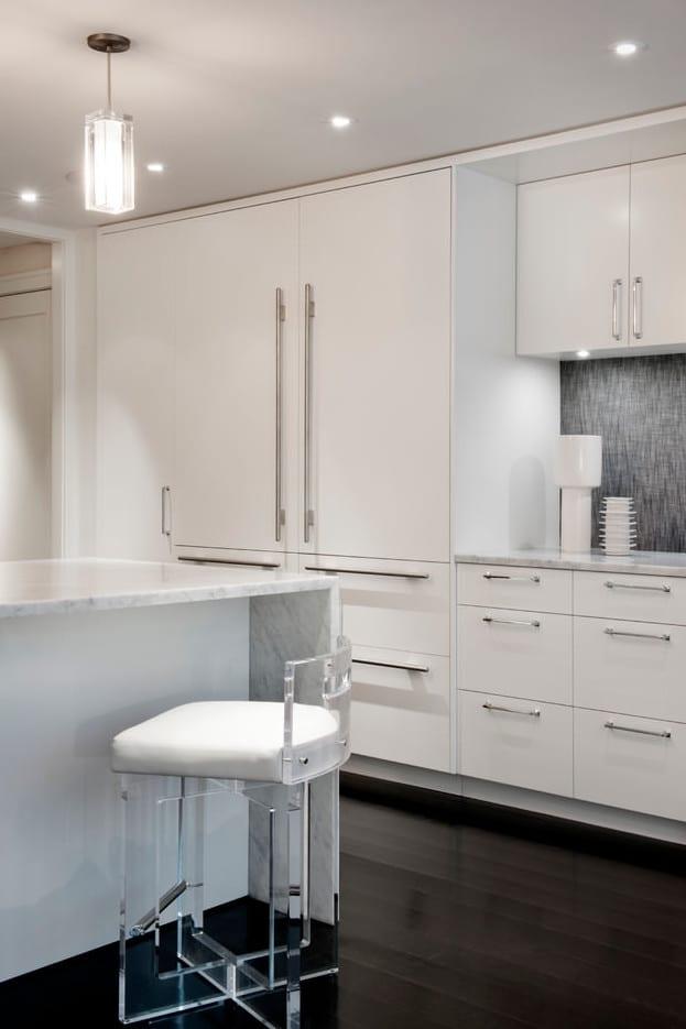 moderne küche weiß mit kochinsel und bar aus marmor weiß