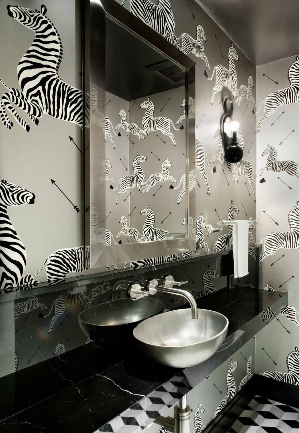 moderne badezimmer ideen mit tapeten und waschtisch aus marmor schwarz mit waschbecken silber