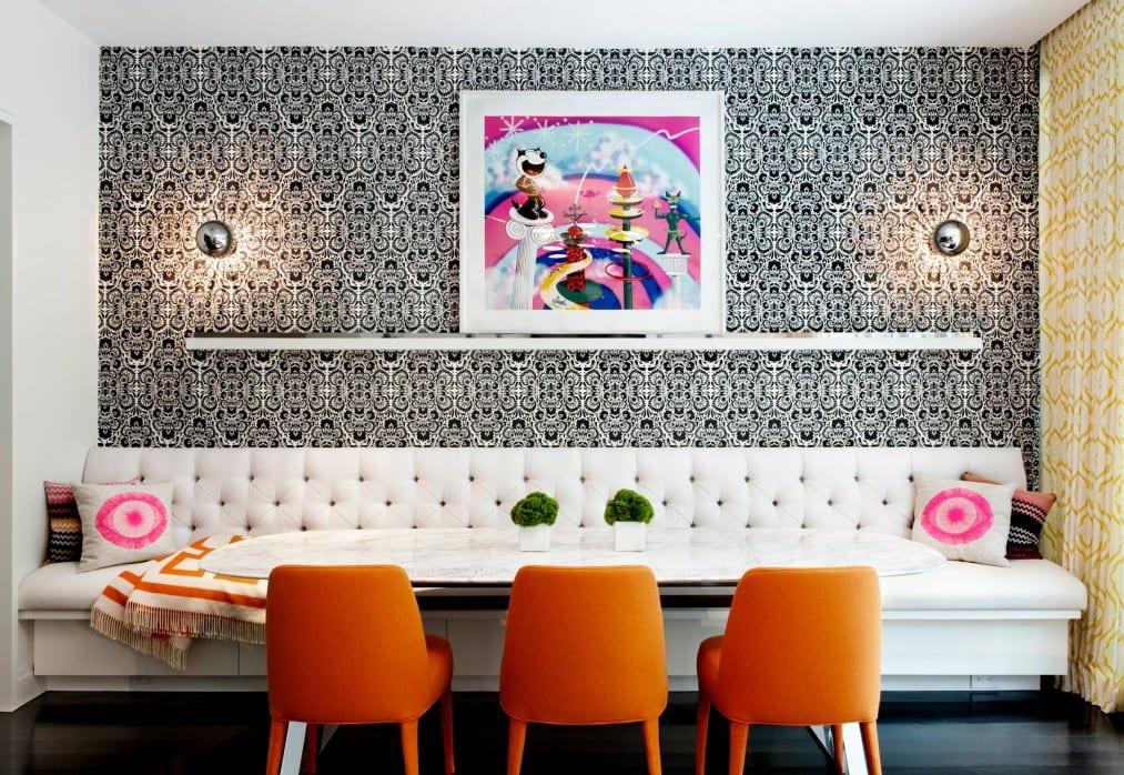 modernes wohnzimmer design mit holzboden und moderne wandgestaltung mit kugel-wandleuchten und wandregal weiß