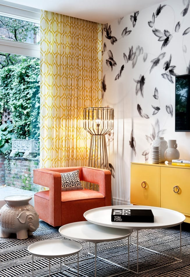 wohnzimmer design und kreative wohnideen wohnzimmer mit gardinen und sideboard gelb und armsessel orange mit drei weißen couchtischhen rund und moderne stehlampe aus metall