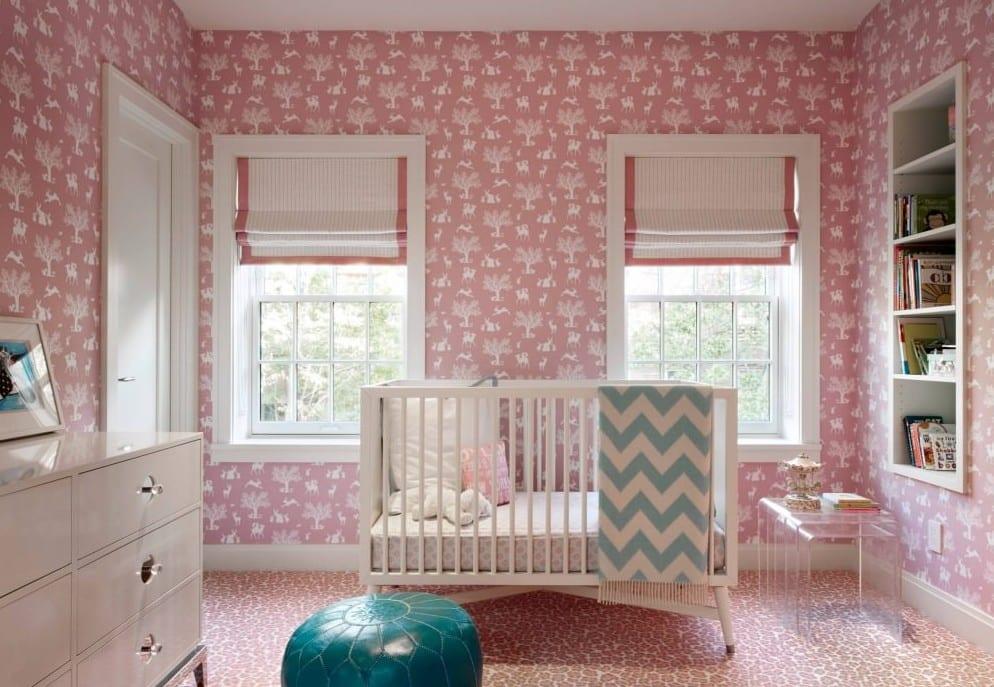 babyzimmer einrichten mit rosafarbigen tapeten und gitterbett weiß und fensterdeko mit fensterrollos weiß-rosa