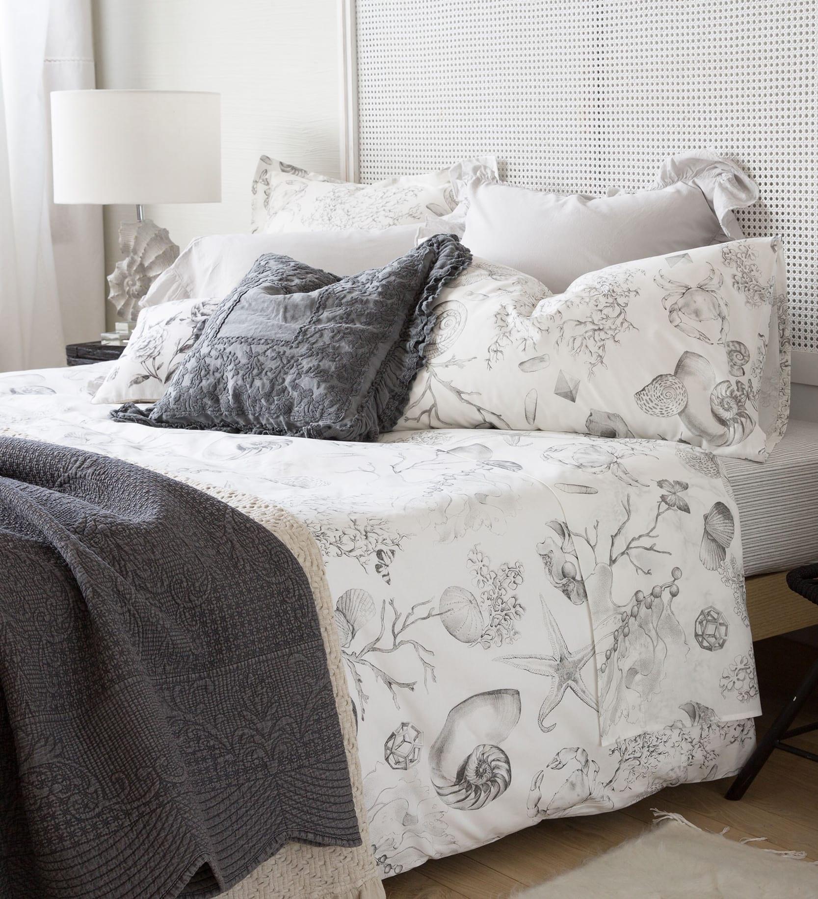 moderne schlafzimmer einrichten und gestalten in weiß und grau mit bettdecke dunkelgrau und zara home bettwäsche weiß