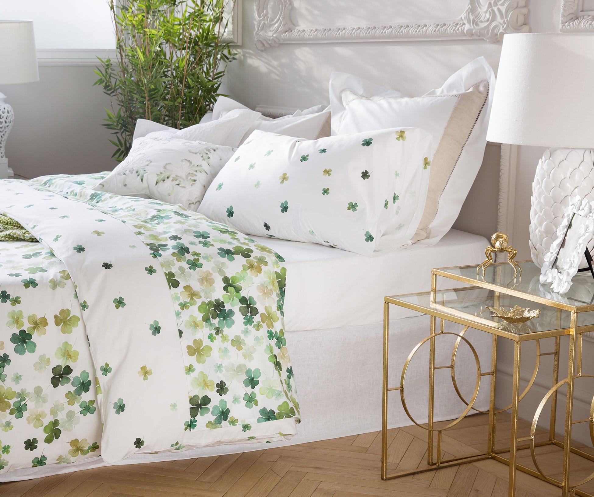 schlafzimmer einrichten mit zara home bettwäsche und modernen nachttischen glas und gold