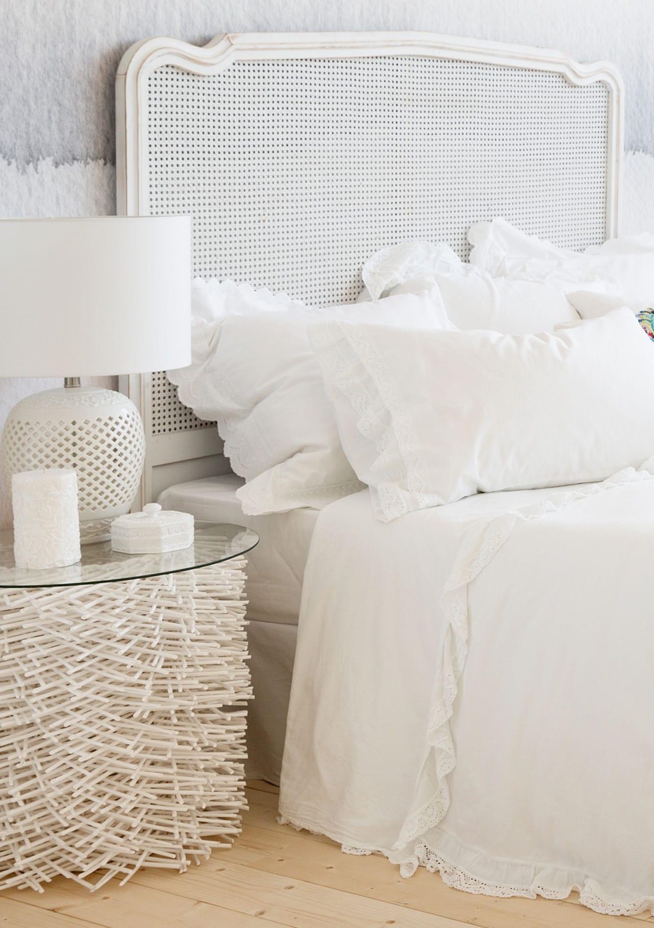 moderne schlafzimmer weiß modern einrichten mit nachttisch rund und tischlampe weiß_wandfarbe schlafzimmer idee