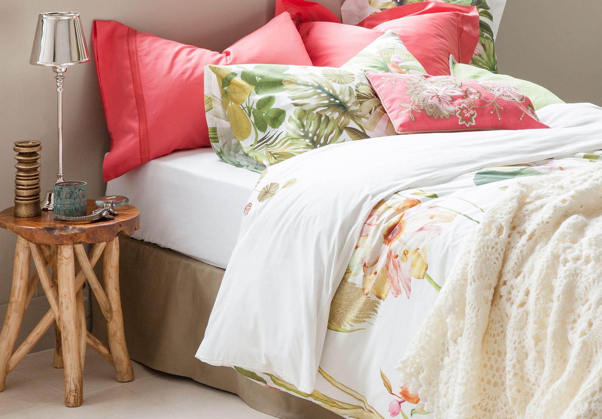gemütliche schlafzimmer einrichten mit zara home bettwäsche und zara home kissen in pink und beistelltisch aus holz rund