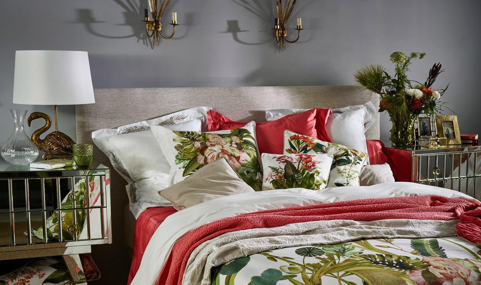 moderne und gemütliche schlafzimmer einrichten mit zara home bettwäsche pink und weiß mit pflanzenprint