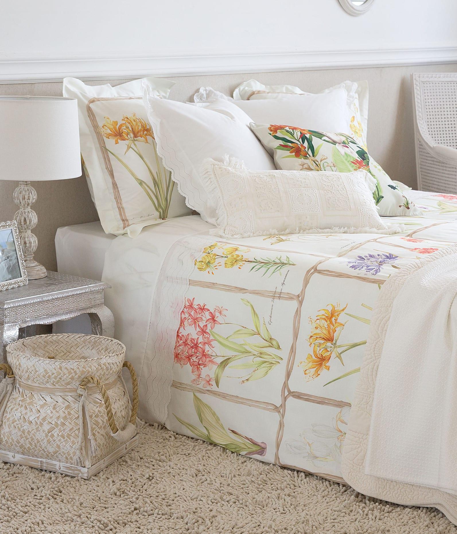 moderne schlafzimmer gestalten in beige und einrichten mit zara home bettwäsche und barock nachttisch silber