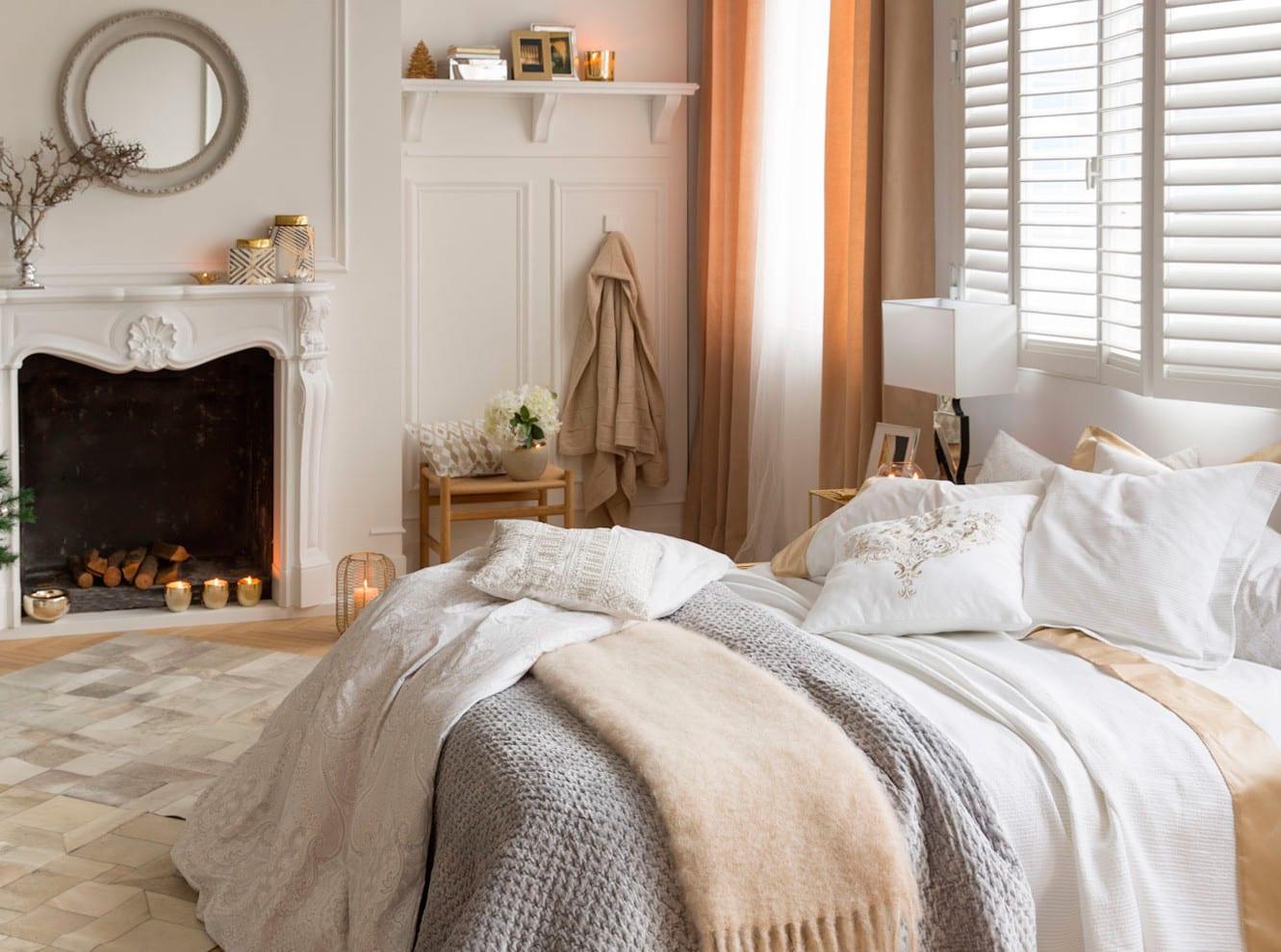 schlafzimmer modern mit kamin und gardinen beige_hara home decken und kissen mit stickerei