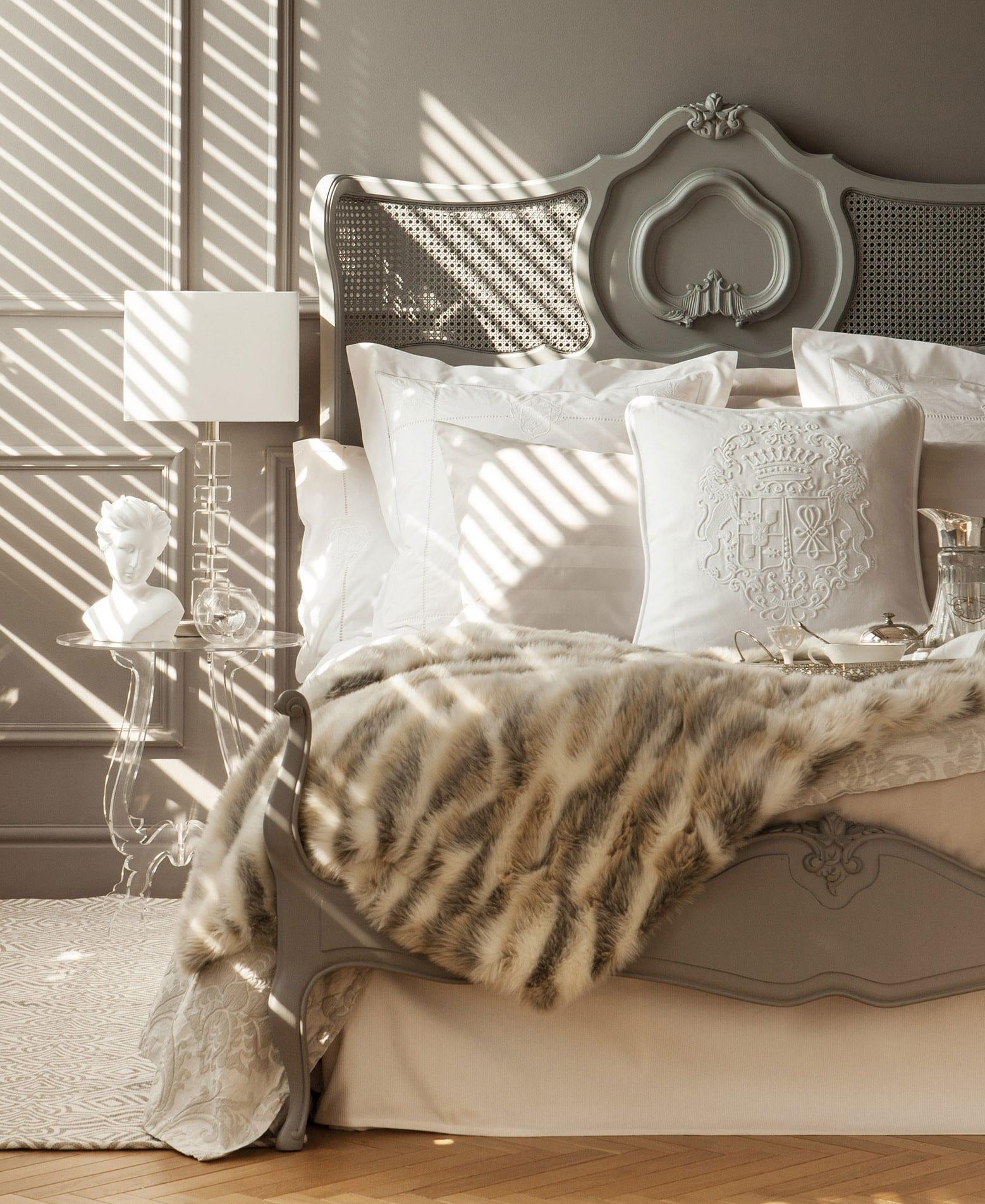 schlafzimmer grau mit wandfarbe grau und barock-bett brau modern einrichten mit zara home bettwäsche weiß und zara pelz-bettdecke