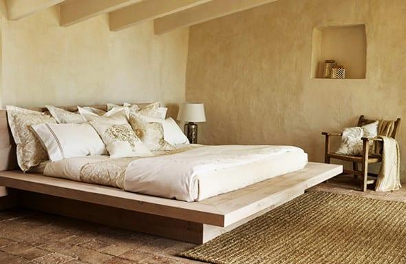 gemütliche schlafzimmer einrichten im landhausstil mit modernem bett aus holz und zara home bettwäsche und kissen