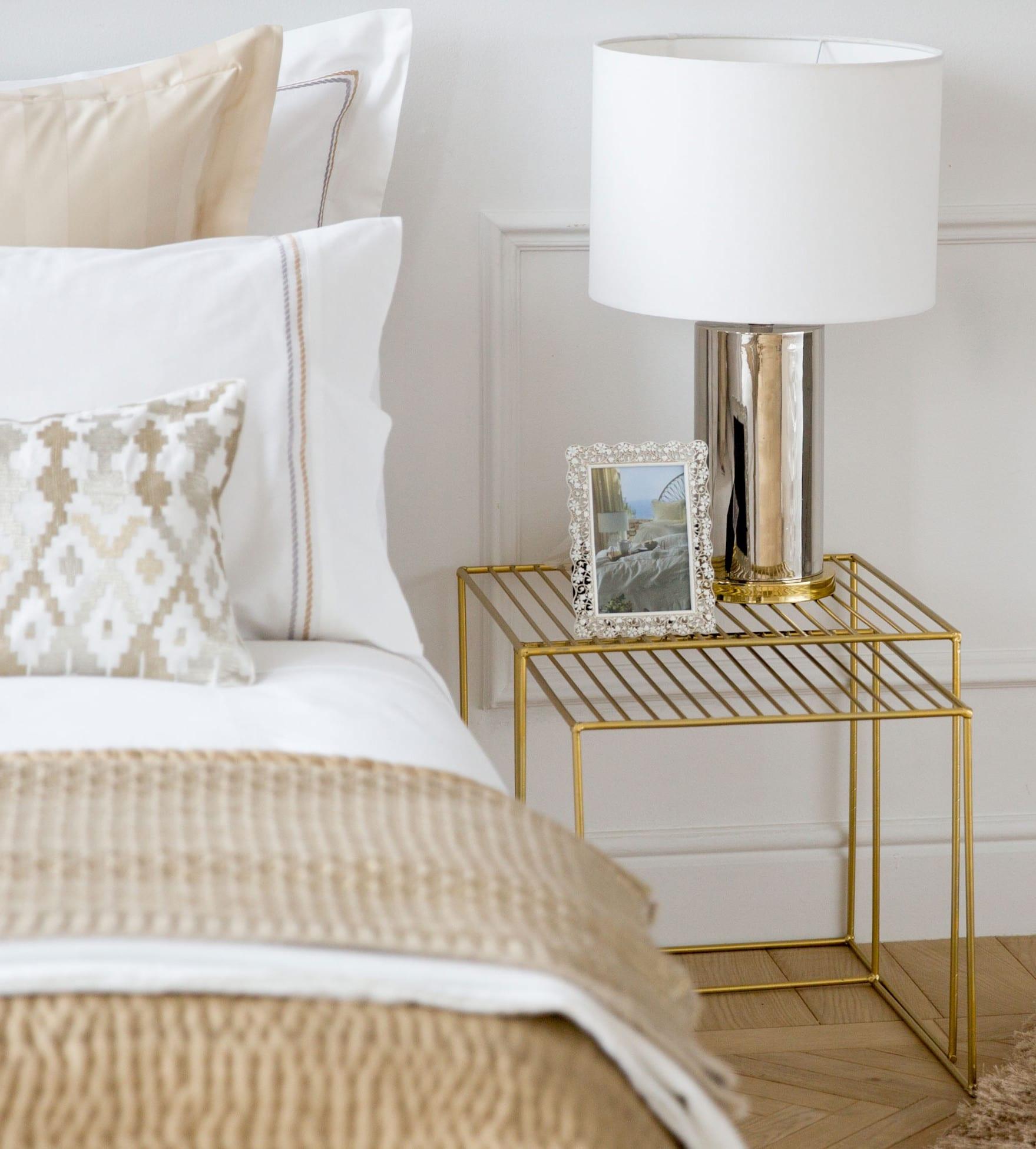 schlafzimmer weiß einrichten mit zara home bettwäsche beige und gitter-beistelltisch gold